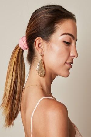 Ροζ scrunchie με φτερά