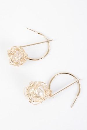 Σκουλαρίκια ημικύκλιο από μέταλο με κρεμαστή μπάλα - Χρυσό