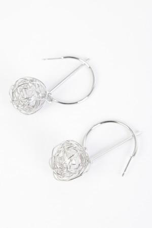 Σκουλαρίκια ημικύκλιο από μέταλο με κρεμαστή μπάλα - Ασημί